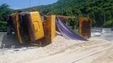 Xe tải tông sập dải phân cách, hàng chục khối cát tràn ra đại lộ
