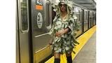 Người mẫu Playboy gây choáng khi diện váy đô la, catwalk trên sân ga