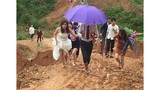 Cô dâu Hà Tĩnh chân trần vượt đường lầy lội về nhà chồng