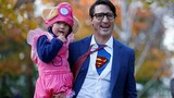 Thủ tướng Canada hóa trang thành siêu nhân, bế con đi chơi Halloween