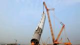 """Video: Chiêm ngưỡng sức mạnh """"khủng"""" của siêu cần cẩu khổng lồ"""