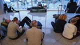 """Sân bay bận rộn nhất thế giới """"đóng băng"""" trong 8h"""