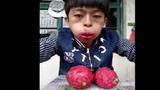 """Video: Xem """"soái ca"""" bày cách ăn thanh long nguyên quả"""