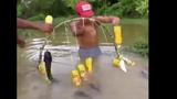 Video: Hốt mẻ lớn với cách bắt cá siêu sáng tạo