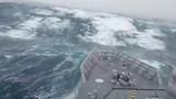 """Video: Hãi hùng khoảnh khắc tàu chiến suýt bị sóng """"quái vật"""" nuốt chửng"""