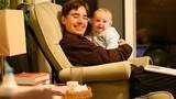 Người cha chuyển giới tự nuôi 2 con bằng bầu sữa của mình