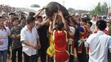 Video: Cười lăn với lễ hội bắt lợn Ông Cầu