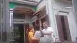Video bố chồng đánh con dâu tới tấp vì về thăm con sau ly hôn