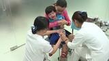 Vì sao nhiều bà mẹ TP HCM từ chối tiêm vacxin và vitamin K cho con?