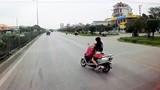 Video: Ninja Lead vừa chở con nhỏ vừa cởi áo mưa khiến tài xế đứng tim
