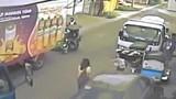 Video: Đang đi bộ, cô gái bị cây đổ đè bất tỉnh