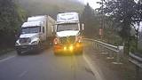Video: Container vượt ẩu trên đèo hẹp, suýt đâm vào ô tô chạy ngược chiều