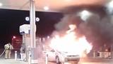 Video: Tá hỏa ô tô cháy ngùn ngụt sát trụ bơm xăng