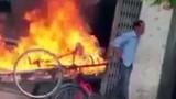 """Video: Phóng hỏa đốt xe kéo vì """"tội""""... đậu trước nhà"""