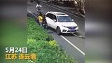 Video: Cô gái Trung Quốc bị ô tô chèn qua sau khi cãi nhau với tài xế