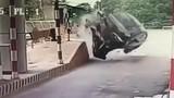 Video: Ôtô lao vào trạm thu rồi lật ngửa, tài xế bất tỉnh