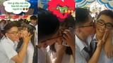 Nam sinh hôn 20 bạn học trong lễ bế giảng