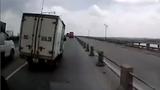 Video: Xe tải vượt ẩu gây tai nạn, bỏ chạy như bay trên cầu Thanh Trì