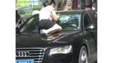 Chồng và nhân tình trong ô tô, người vợ nhảy lên mui xe đánh ghen