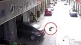 Video: Bố lùi xe thiếu quan sát đã cán qua người con trai 3 tuổi