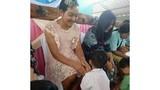 Bố đơn thân mặc váy, cài nơ đến trường trong Ngày của mẹ