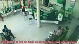 Camera cận cảnh vụ 2 thanh niên nổ súng cướp ngân hàng ở Khánh Hòa