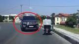 Video: Ô tô cua ẩu lấn trọn làn ngược chiều, suýt tông xe máy