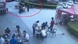 Thực khách bị đầu bếp dội cả nồi nước sôi vào người vì lý do lạ