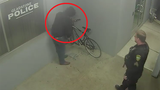 Video: Đạo chích ngớ ngẩn lĩnh trái đắng vì ăn trộm tại đồn cảnh sát