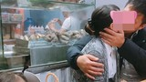 """Hậu Valentine, dân mạng """"nóng mắt"""" trước màn ôm hôn nơi công cộng"""
