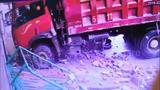Video: Xe tải mất lái húc đổ cổng trường mẫu giáo