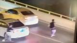 Video: Bị mẹ mắng, nam sinh lao khỏi xe nhảy cầu tự tử