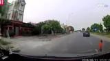 Video: Tài xế bẻ lái xuất thần cứu sống bé trai lao sang đường