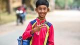 Video: Cậu bé bán rong Campuchia nói 16 thứ tiếng giờ ra sao?