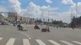 Video: Tài xế vượt đèn đỏ, đâm thẳng vào xe máy khác