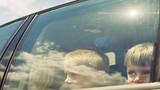 Video: Bé trai mắc kẹt nhiều giờ trong ôtô