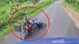 Video: Hai người đi xe máy thoát chết thần kỳ khi ngã ngay đầu container