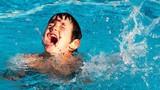Video: Cha phi người qua hàng rào, lao xuống bể bơi cứu con khỏi đuối nước