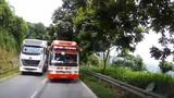 Video: Xe khách chạy kiểu tự sát, suýt đâm trực diện xe chở người nước ngoài