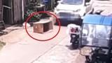 Video: Trốn trong thùng carton giữa đường, bé 5 tuổi bị ôtô chèn qua