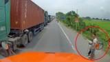 Video: Tài xế xe container hành xử đẹp với bà cụ bên đường