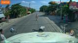 Video: Quay đầu để tránh CSGT, người đàn ông suýt bị container nghiền nát