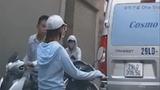Video: Nam thanh niên đi xe tay ga nhổ nước bọt vào phụ nữ đi đường