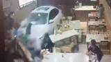 Video: Kinh hoàng khoảnh khắc lái xe say rượu đâm thẳng vào nhà hàng
