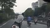 Video: Nam thanh niên lạng lách liên tục rồi ngã trước đầu ôtô