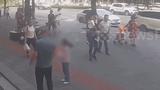 Video: Bé gái bị cửa kính tầng 11 rơi vào đầu