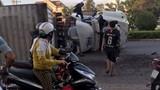 Video: Phá cửa giải cứu tài xế container lật ngang giữa đường