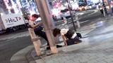 Chàng trai thản nhiên bấm điện thoại mặc bạn gái quỳ dưới chân