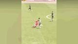 """Video: Cướp bóng rồi solo từ phần sân nhà, cầu thủ ghi bàn thắng """"không tưởng"""""""
