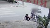 """Video: Pha bẻ lái """"điên đầu"""" của hai cô gái"""